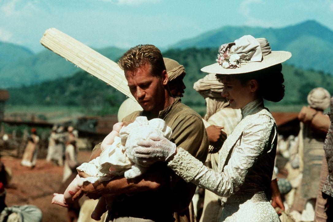 """Die beiden mordlustigen Löwen, """"Geist und Dunkelheit"""" von den Einheimischen getauft, bedroht auch das Leben ihres neugeborenen Kindes: John (Val Ki... - Bildquelle: Paramount Pictures"""