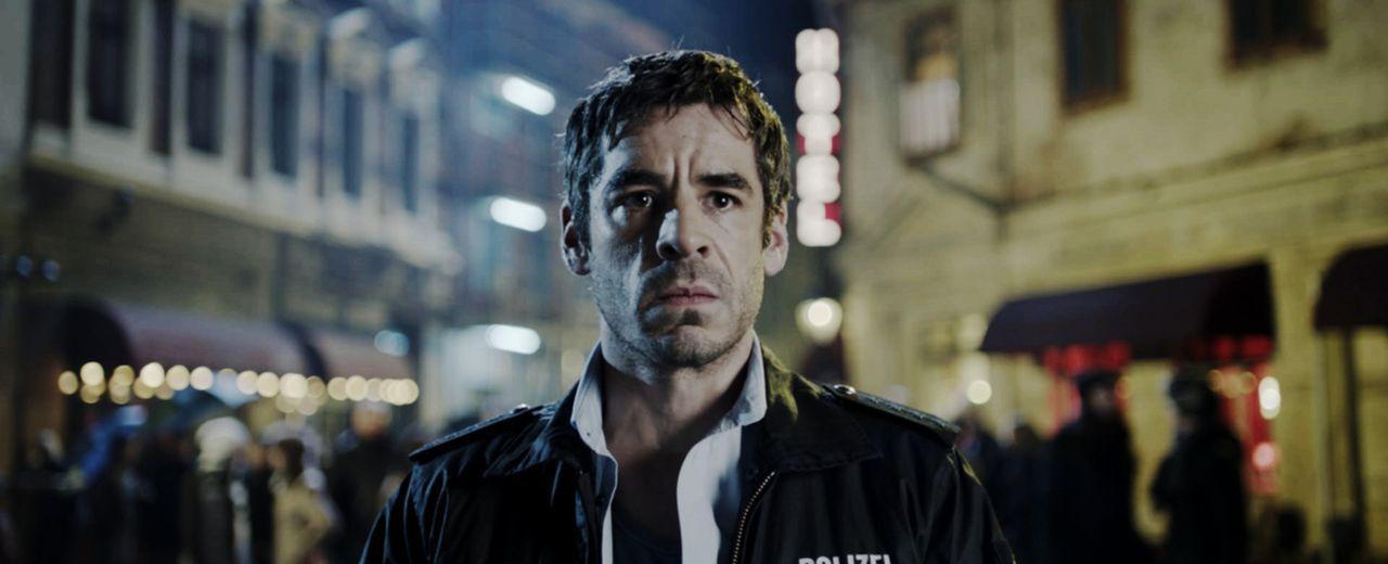 Als der Polizist Arved Minks (Tobias Oertel) als Erster am Tatort eines Banküberfalls in einer Kleinstadt eintrifft, wartet dort eine böse Überrasch... - Bildquelle: Laura Schleicher Sixx