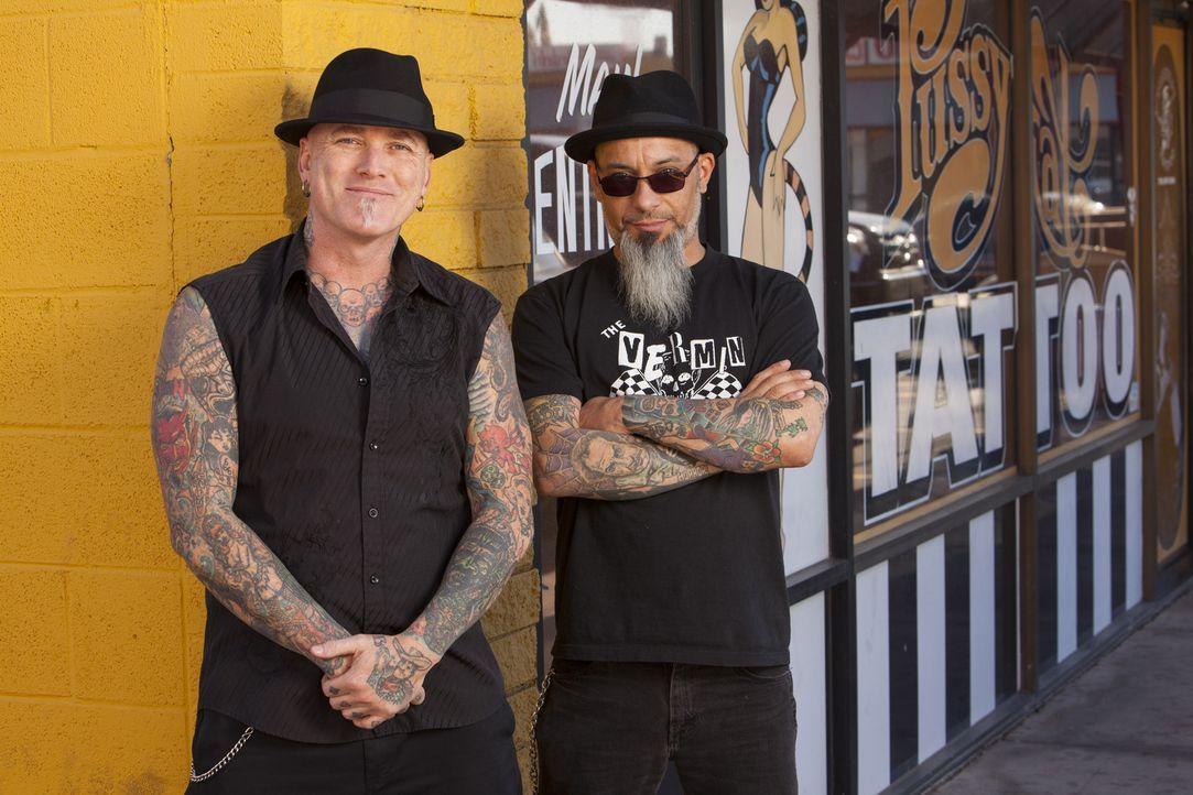 Nicht jedes Angebot sollte man annehmen! Das erkennen Dirk (l.) und Ruckus (r.) schnell, als eine Kundin mit grausamen Tattoo vor ihnen steht ... - Bildquelle: Richard Knapp 2014 A+E Networks, LLC