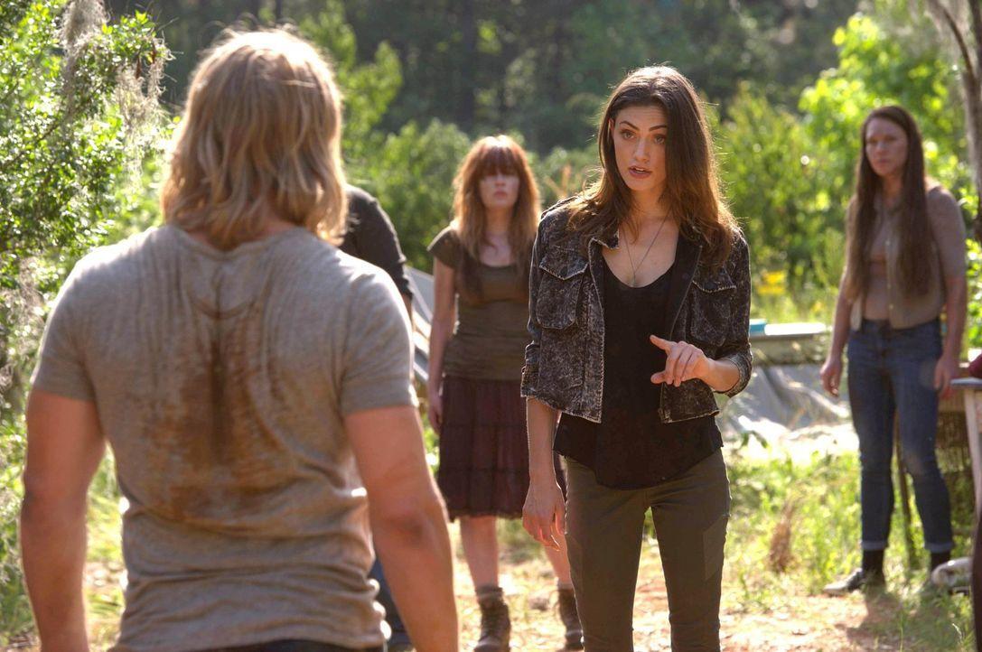 Hayley (Phoebe Tonkin, r.) trifft eine Entscheidung für Oliver (Chase Coleman, l.) und den Rest des Rudels ... - Bildquelle: Warner Bros. Television