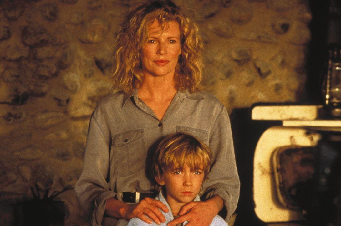 Kuki (Kim Basinger, hinten) bricht alle Brücken in Italien ab, und zieht mit ihrem Mann und Sohn Emanuele (Liam Aiken, vorne) nach Kenia ... - Bildquelle: Columbia Pictures