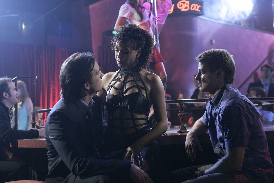 Um sich davon abzulenken, dass er von seiner Freundin verlassen wurde, möchte Matt (Jeff Hephner, l.) in einen Stripclub gehen und überredet Ryan... - Bildquelle: Warner Bros. Television