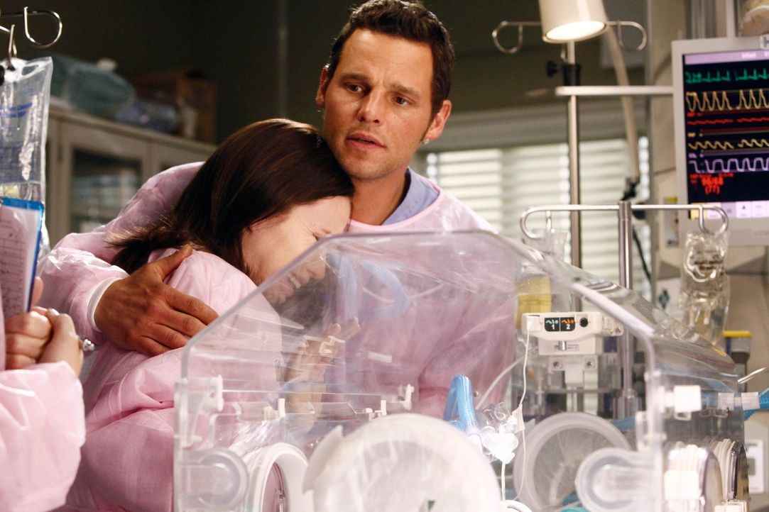 Alex (Justin Chambers, r.) kümmert sich rührend um Morgan (Amanda Fuller, l.) und dessen Baby ... - Bildquelle: ABC Studios