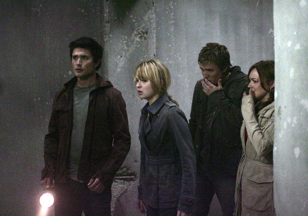 Schweben in großer Gefahr, als plötzlich Methangase austreten: Kyle (Matt Dallas, l.), Amanda (Kirsten Prout, 2.v.l.), Declan (Chris Olivero, 2.v.... - Bildquelle: TOUCHSTONE TELEVISION