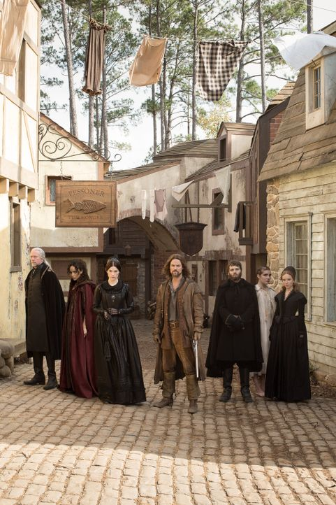 (1. Staffel) - Das Leben in Salem stellt Richter Hale (Xander Berkeley, l.), Tituba (Ashley Madekwe, 2.v.l.), Mary Sibley (Janet Montgomery, 3.v.l.)... - Bildquelle: 2013-2014 Fox and its related entities.  All rights reserved.