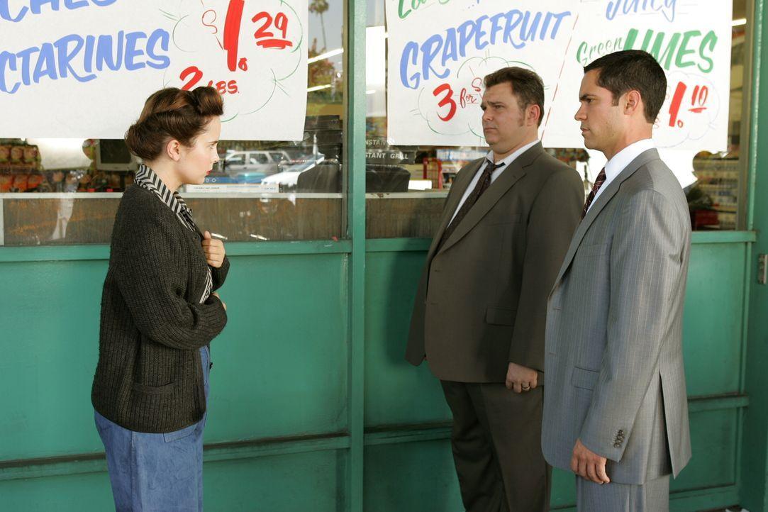 Während Nick Vera (Jeremy Ratchford, M.) und Det. Scott Valens (Danny Pino, r.) ihr Fragen stellen, fühlt sich Zelda (Lauren Birkell, l.) ins Jahr 1... - Bildquelle: Warner Bros. Television