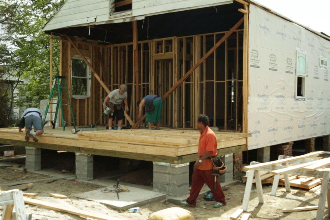 Die Bauarbeiter geben ihr Bestes, um das Anwesen in ein Traumhaus zu verwandeln ... - Bildquelle: 2014, DIY Network's/Scripps Network's, LLC.