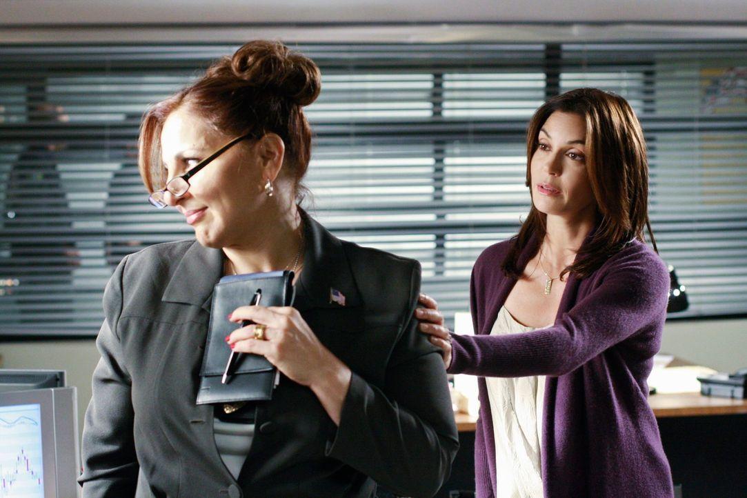 Detective Denise Lapera (Kathy Najimy, l.) und Susan (Teri Hatcher, r.) kennen sich von früher. Doch ist die ehemalige Mitschülerin Susan gut gesinn... - Bildquelle: ABC Studios