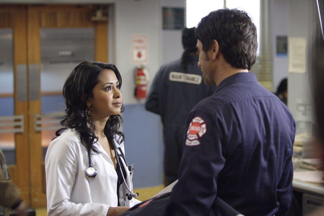 Neela (Parminder Nagra, l.) ist wütend und enttäuscht als Lieutenant Strickland aus dem Irak anruft und ihr mitteilt, dass Michael Gallant seinen He... - Bildquelle: Warner Bros. Television