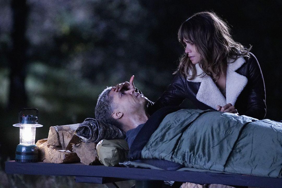 Als Molly (Halle Berry, r.) merkt, dass es mit Adhu (Henderson Wade, l.) zu Ende geht, will sie ihm noch einen letzten Wunsch erfüllen und er ihr no... - Bildquelle: Robert Voets 2015 CBS Broadcasting Inc. All Rights Reserved.