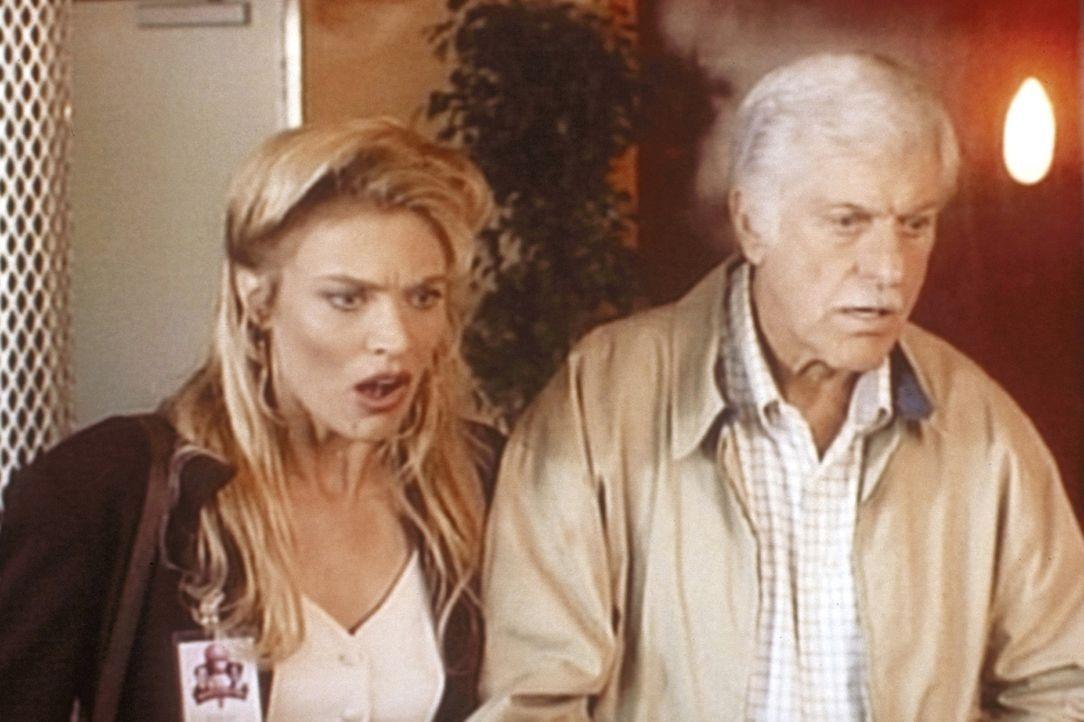 Mark (Dick Van Dyke, r.) und Georgia (Daphne Ashbrook, l.) sind auf der Spur des Mörders von Georgias Boss. - Bildquelle: Viacom