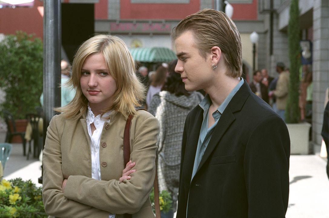 Simon (David Gallagher, r.) und Cecilia (Ashlee Simpson, l.) stehen vor einer wichtigen Entscheidung ... - Bildquelle: The WB Television Network