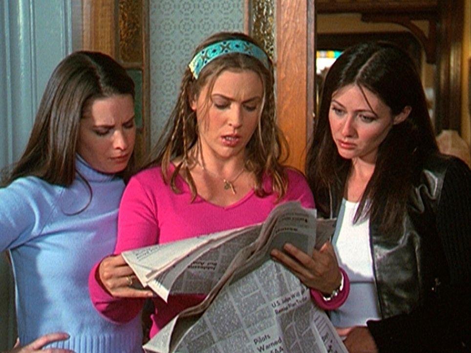 """Piper (Holly Marie Combs, l.), Phoebe (Alyssa Milano, M.) und Prue (Shannen Doherty, r.) glauben in der Zeitung ein Zeichen """"von oben"""" entdeckt zu h... - Bildquelle: Paramount Pictures"""