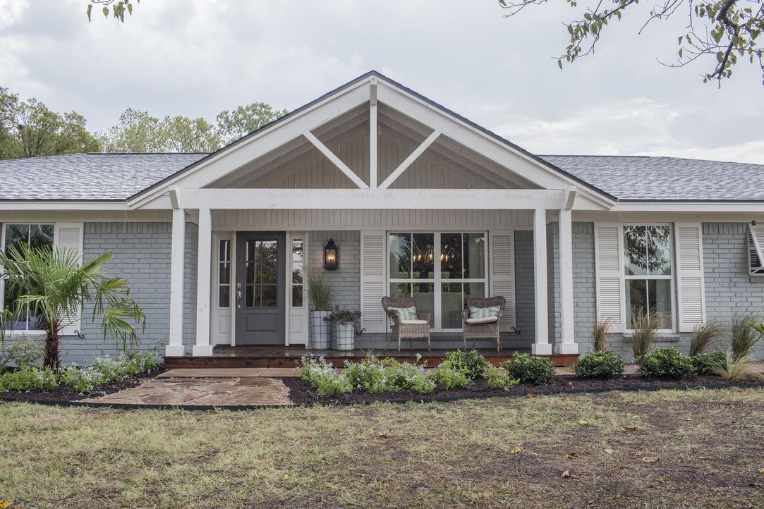 "Chris und Lindy sind in den letzten sechs Jahren fünf Mal umgezogen und möchten nun endlich ein ""Forever-home"" in Hewitt, Texas finden. Die Umbau-Pr... - Bildquelle: jennifer boomer 2015, HGTV/ Scripps Networks, LLC.  All Rights Reserved."
