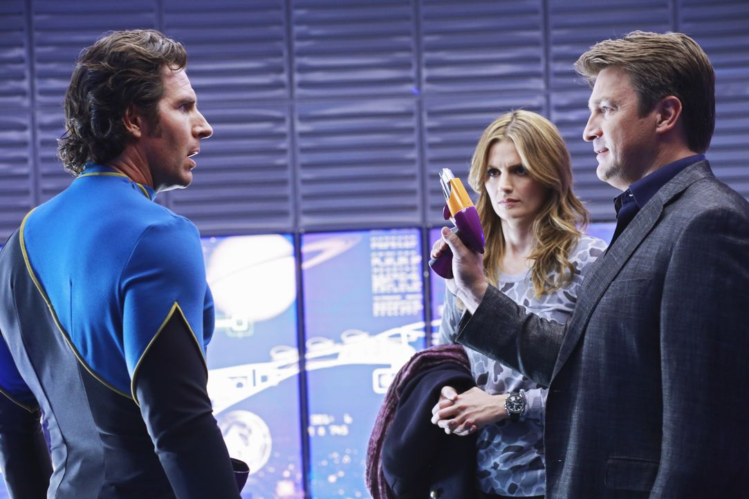 """Castle (Nathan Fillion, r.) macht sich über die Science-Fiction-Serie """"Nebula 9"""" lustig, was weder Beckett (Stana Katic, M.), noch Gabriel Winters (... - Bildquelle: 2012 American Broadcasting Companies, Inc. All rights reserved."""