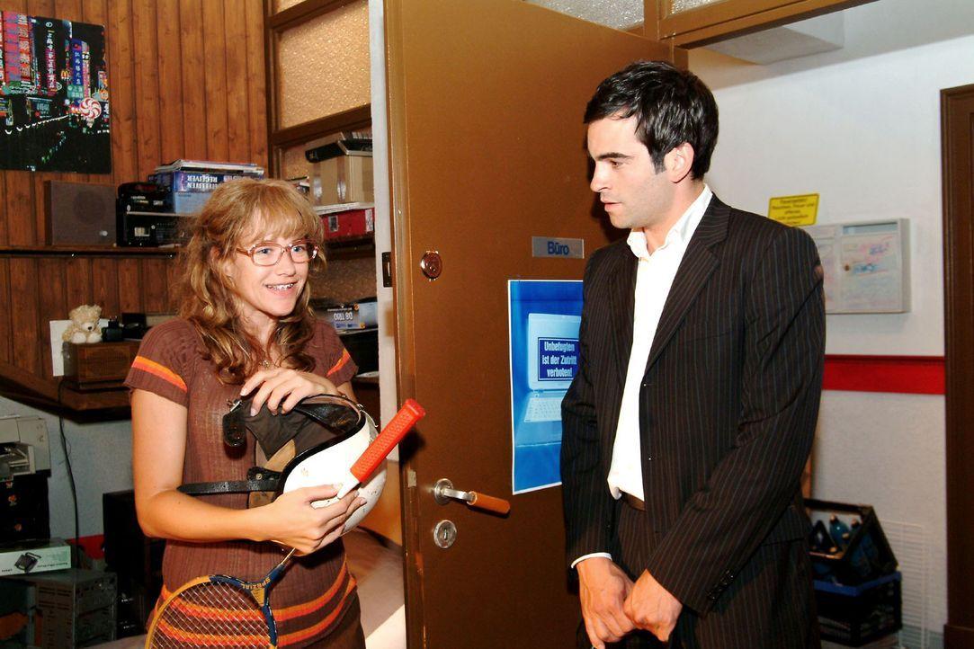 Lisa (Alexandra Neldel, l.) ist mehr als erleichtert, statt eines Schlägers David (Mathis Künzler, r.) wiederzusehen. (Dieses Foto von Alexandra N... - Bildquelle: Sat.1