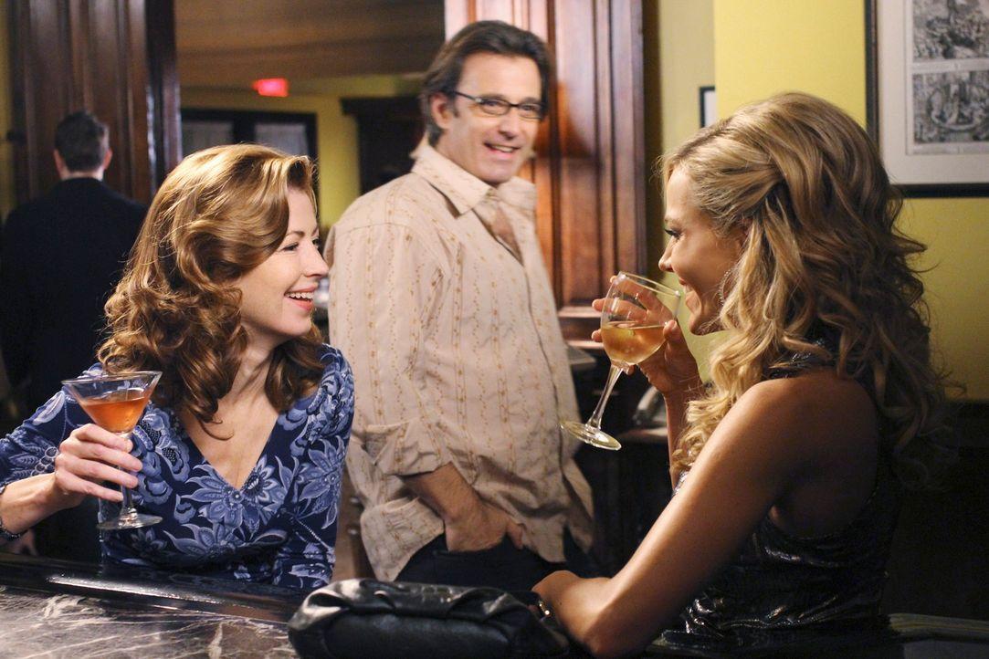 Bei einem Drink wollen Katherine (Dana Delany, r.) und Robin (Julie Benz, l.) einen netten Abend verbringen, jedoch werden sie von zwei aufdringlich... - Bildquelle: ABC Studios