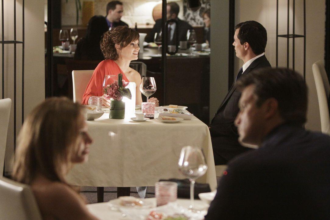 Richard (Nathan Fillion, r.) hat ein Date mit der attraktiven Amanda Livingston (Sarah Brown, l.) während sich Kate (Stana Katic, hinten M.) mit dem... - Bildquelle: ABC Studios