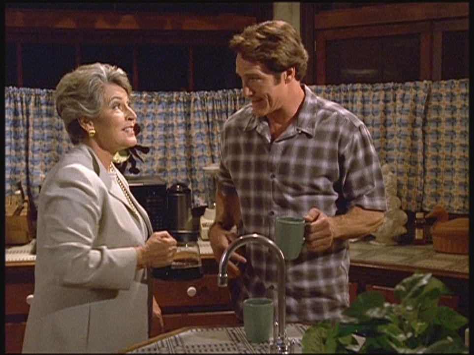 Die berühmte Pianistin und Sängerin Danielle (Helen Reddy, l.) ist zu Besuch bei ihrem alten Freund Mark und dessen Sohn Steve (Barry Van Dyke, r.). - Bildquelle: Viacom