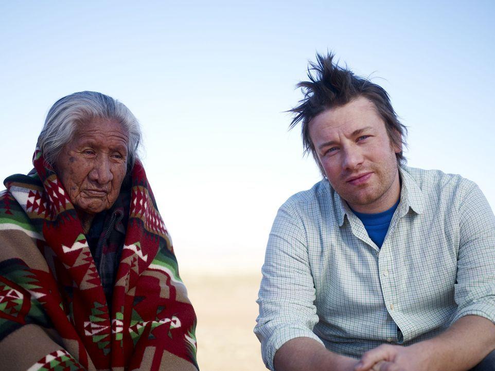 Jamie (r.) begibt sich auf seiner Amerikareise in das Reservat der Navajo-Indianer. Dort möchte er die original amerikanische Küche entdecken. - Bildquelle: David Loftus 2009