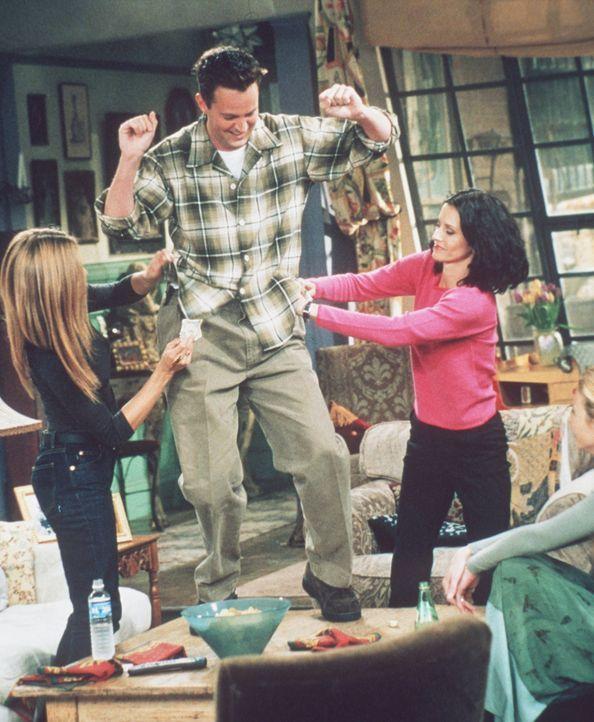 Chandler (Matthew Perry, M.) führt Monica (Courteney Cox, r.) und Rachel (Jennifer Aniston, l.) einen total bizarren Tischtanz vor. - Bildquelle: TM+  2000 WARNER BROS.