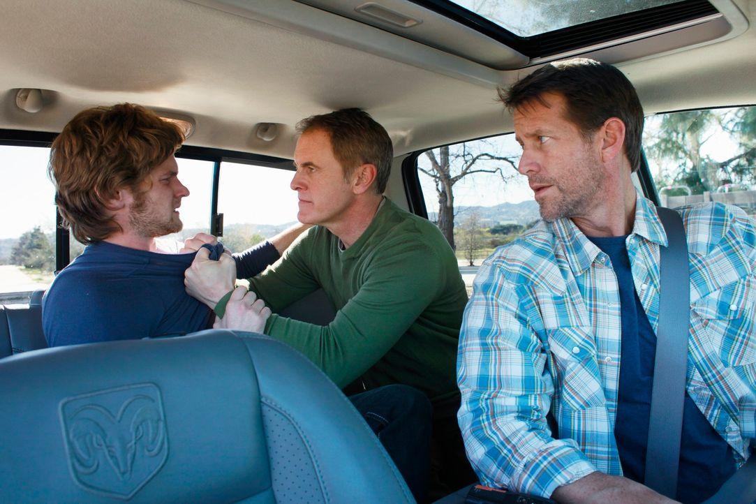 Mike (James Denton, r.) und Paul (Mark Moses, M.) bringen Zach (Cody Kasch, l.) zum Entzug in eine Klinik. Dort erfährt Paul, warum er auf ihn gesch... - Bildquelle: ABC Studios