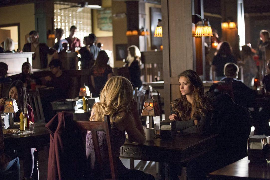 Die neusten Entwicklungen sorgen bei Elena (Nina Dobrev, r.) und Caroline (Candice Accola, l.) für einiges Chaos ... - Bildquelle: Warner Brothers