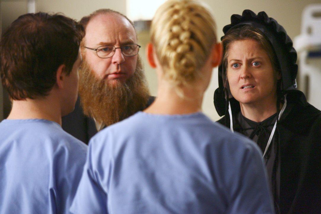 Izzie (Katherine Heigl, 2.v.r.) und George (T.R. Knight, l.) sind dabei eine junge Frau zu behandeln, die an Eierstockkrebs erkrankt ist. Als ihre E... - Bildquelle: Touchstone Television