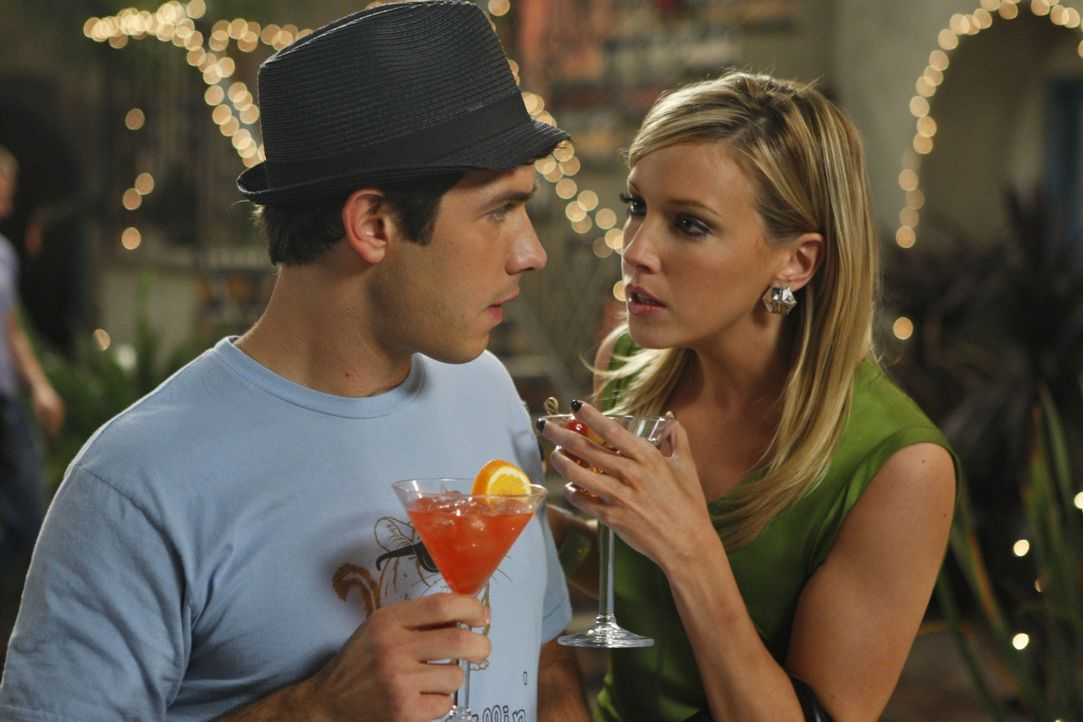 Bei Intrigen in der Arbeit hilft auch kein Alkohol - wer hat Ella auf dem Gewissen? (v.l.n.r.: Jonah - Michael Rady, Ella - Katie Cassidy) - Bildquelle: 2009 The CW Network, LLC. All rights reserved.
