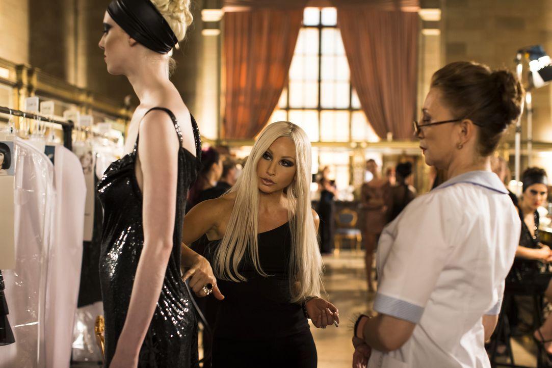Um das Unternehmen ihres Bruders nach dessen Ermordung führen zu können, wagt Donatella Versace (Gina Gershon, M.) den Schritt zum Drogenentzug und... - Bildquelle: 2013 Lifetime Entertainment Services, LLC. All rights reserved.