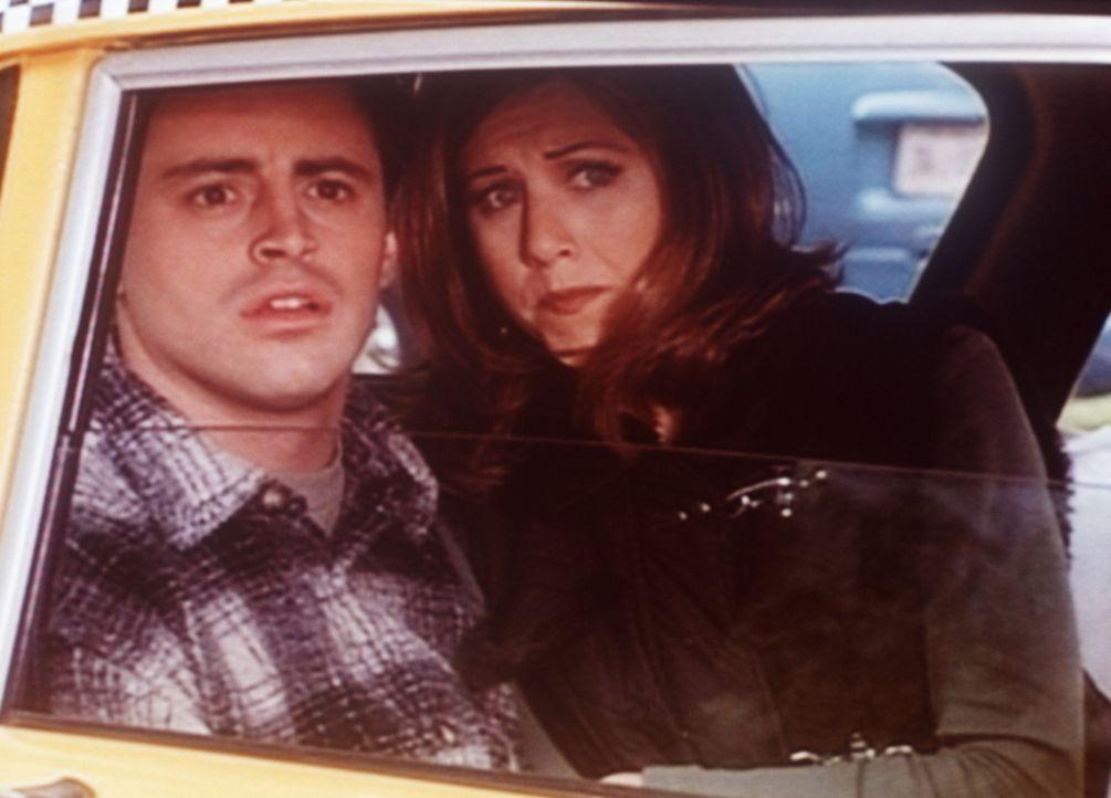 Erwartungsvoll schauen Joey (Matt LeBlanc, l.) und Rachel (Jennifer Aniston, r.) Phoebe nach, die endlich ihren Vater kennen lernen will. - Bildquelle: TM+  2000 WARNER BROS.