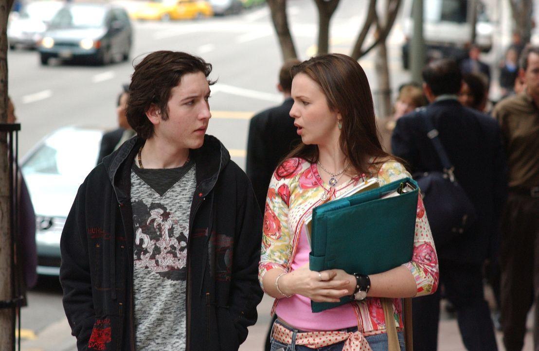 Joan (Amber Tamblyn, r.) befindet sich gerade im Prüfungsstress, trotzdem möchte Gott, dass sie herausfindet, was für ein Geschenk sie Adam (Chri... - Bildquelle: Sony Pictures Television