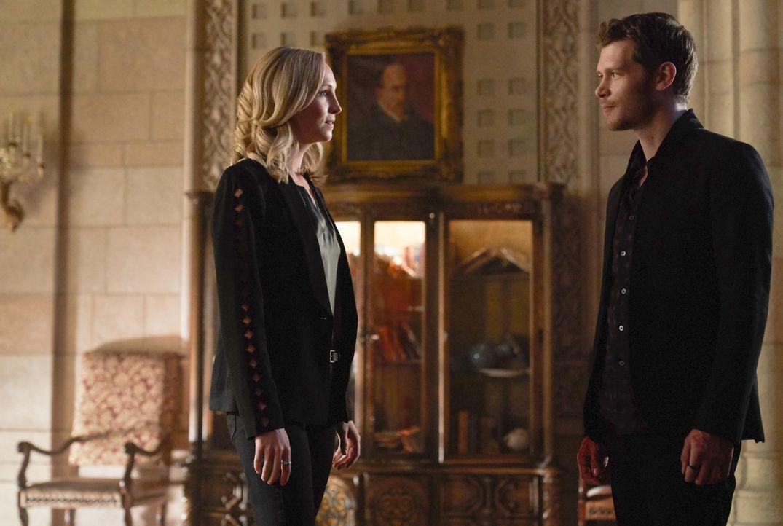 Als sich Hope in Schwierigkeiten bringt, stellt Caroline (Candice King, l.) Klaus (Joseph Morgan, r.) zur Rede. Unterdessen hadert Freya damit, dass... - Bildquelle: Warner Bros.