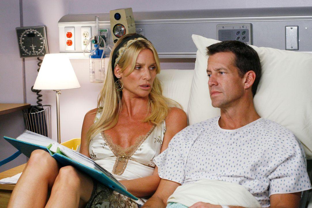Edie (Nicolette Sheridan, l.) verbringt sehr viel Zeit mit Mike (James Denton, r.), der seit dem Erwachen aus dem Koma an Gedächtnisverlust leidet .... - Bildquelle: 2005 Touchstone Television  All Rights Reserved