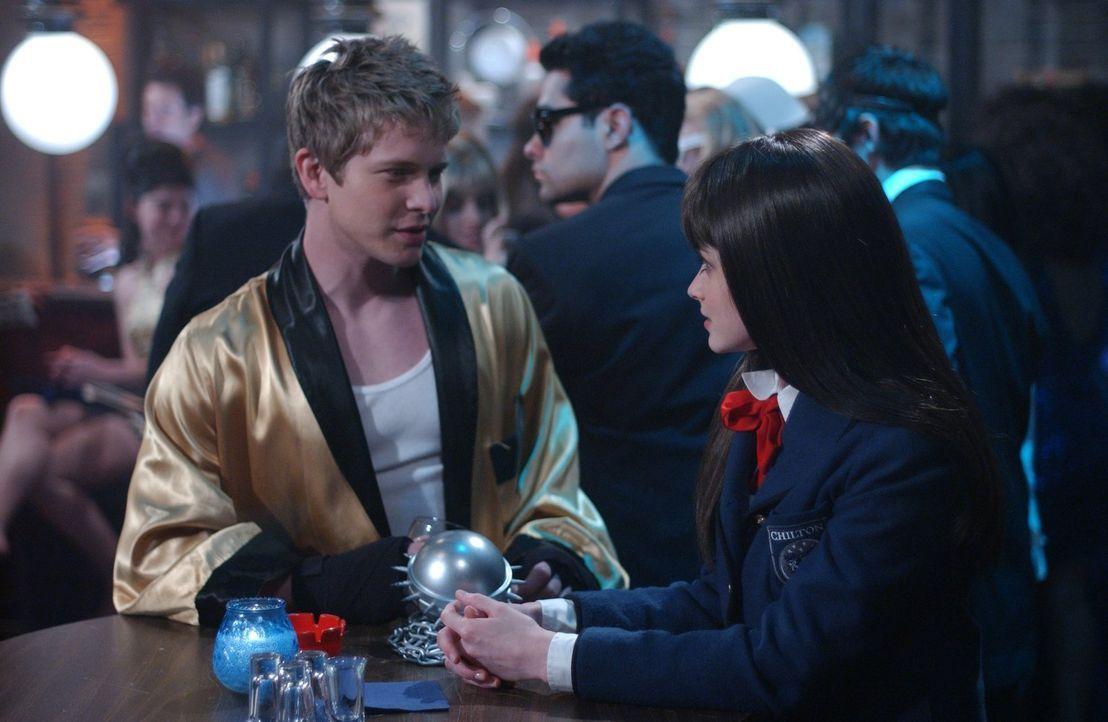 Obwohl Rory (Alexis Bledel, r.) und Logan (Matt Czuchry, l.) sich darauf geeinigt hatten, eine offene Beziehung zu führen, fällt ihr das gar nicht l... - Bildquelle: 2004 Warner Bros.