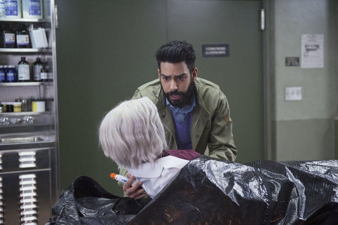 Liv (Rose McIver, vorne) und Ravi (Rahul Kohli, hinten) finden einen unerwarteten Verbündeten im Kampf um Majors Freilassung ... - Bildquelle: 2014 Warner Brothers