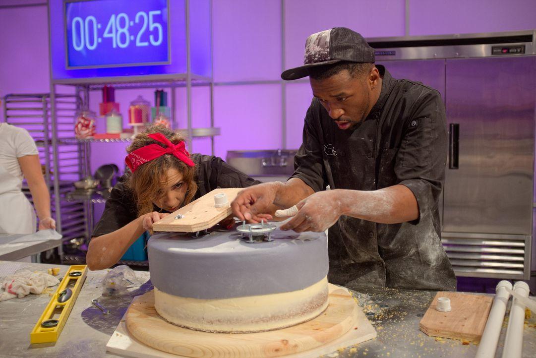 So eine Hochzeitstorte braucht eigentlich viel Zeit, lange Vorbereitung und ganz viel Geschick. Doch bei Cake Wars sorgt der Druck auch bei Bäckerin... - Bildquelle: Emile Wamsteker 2015, Television Food Network, G.P. All Rights Reserved