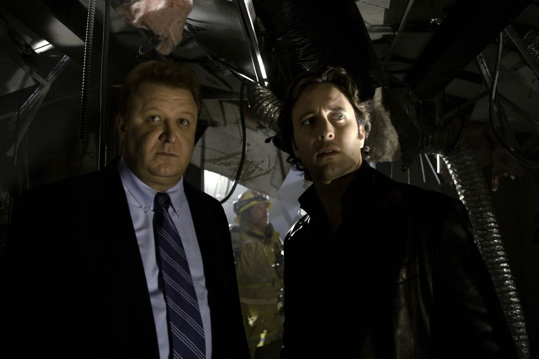 Als auf Josef ein Killer angesetzt wird, versucht Mick (Alex O'Loughlin, r.), seinem Freund zu helfen. Bei den Ermittlungen stößt er auf Tom (Paul R... - Bildquelle: Warner Brothers
