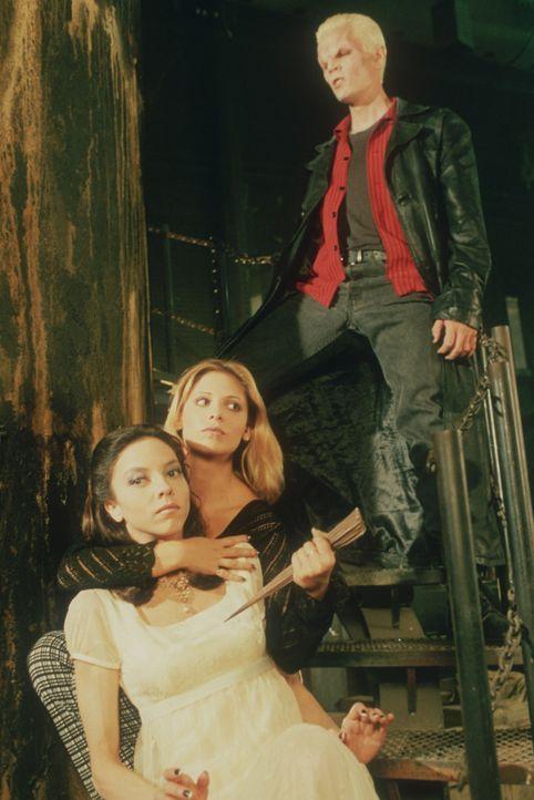 Buffy (Sarah Michelle Gellar, M.) nimmt Drusilla (Juliet Landau, l.), Spikes  (James Marsters, r.) Freundin als Geisel ... - Bildquelle: TM +   2000 Twentieth Century Fox Film Corporation. All Rights Reserved.
