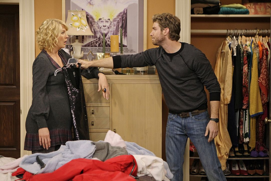 Geraten mal wieder aneinander: Billie (Jenna Elfman, l.) und Zack (Jon Foster, r.) - Bildquelle: 2009 CBS Broadcasting Inc. All Rights Reserved