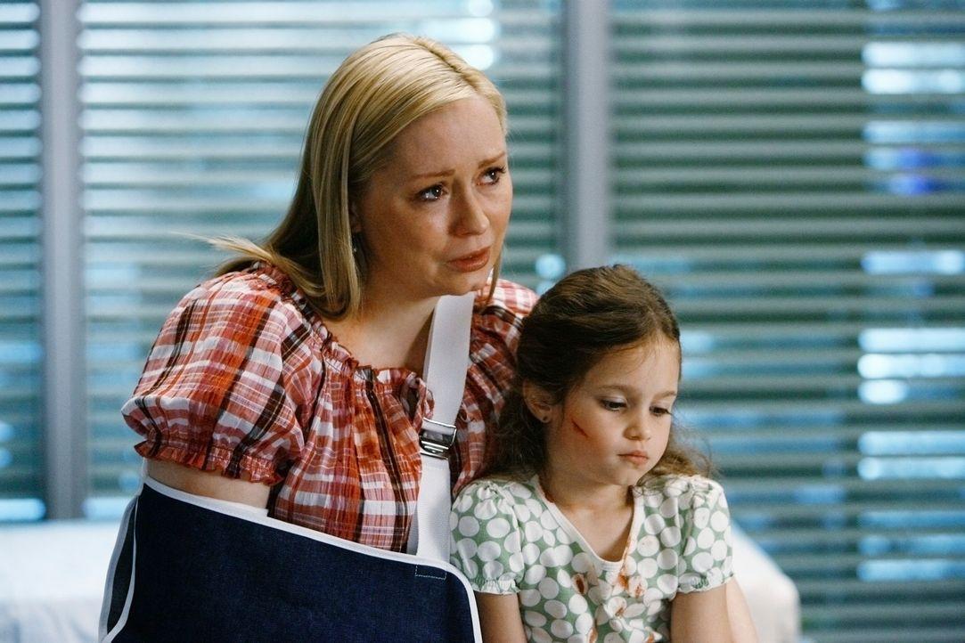 Obwohl Meredith weiß, dass es Konsequenzen für sie haben wird, stellt sie sich vor Maddie (Destiny Whitlock, r.) und versucht, deren Mutter (Nina... - Bildquelle: Touchstone Television