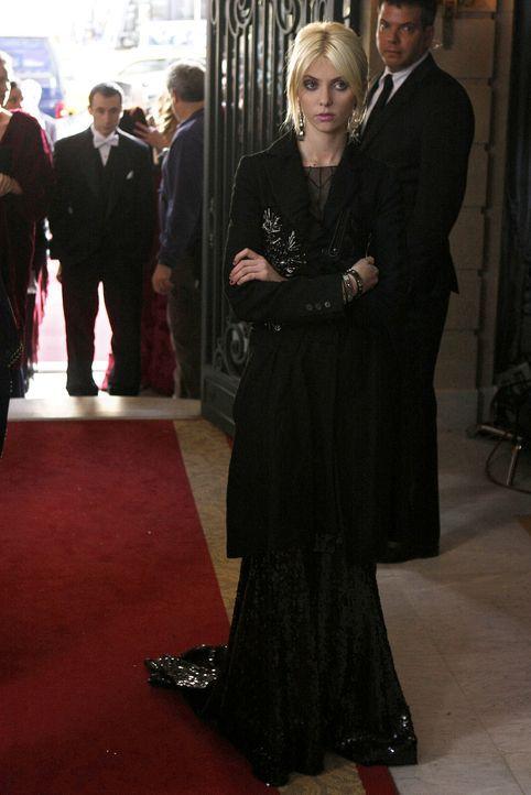 Jenny (Taylor Momsen) hatte die rettende Idee für den Drogendeal - dennoch lässt Damien sie stehen. - Bildquelle: Warner Brothers