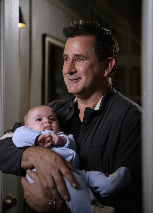 Macht sich gut als Babysitter:  Jack Malone (Anthony LaPaglia) - Bildquelle: Warner Bros. Entertainment Inc.