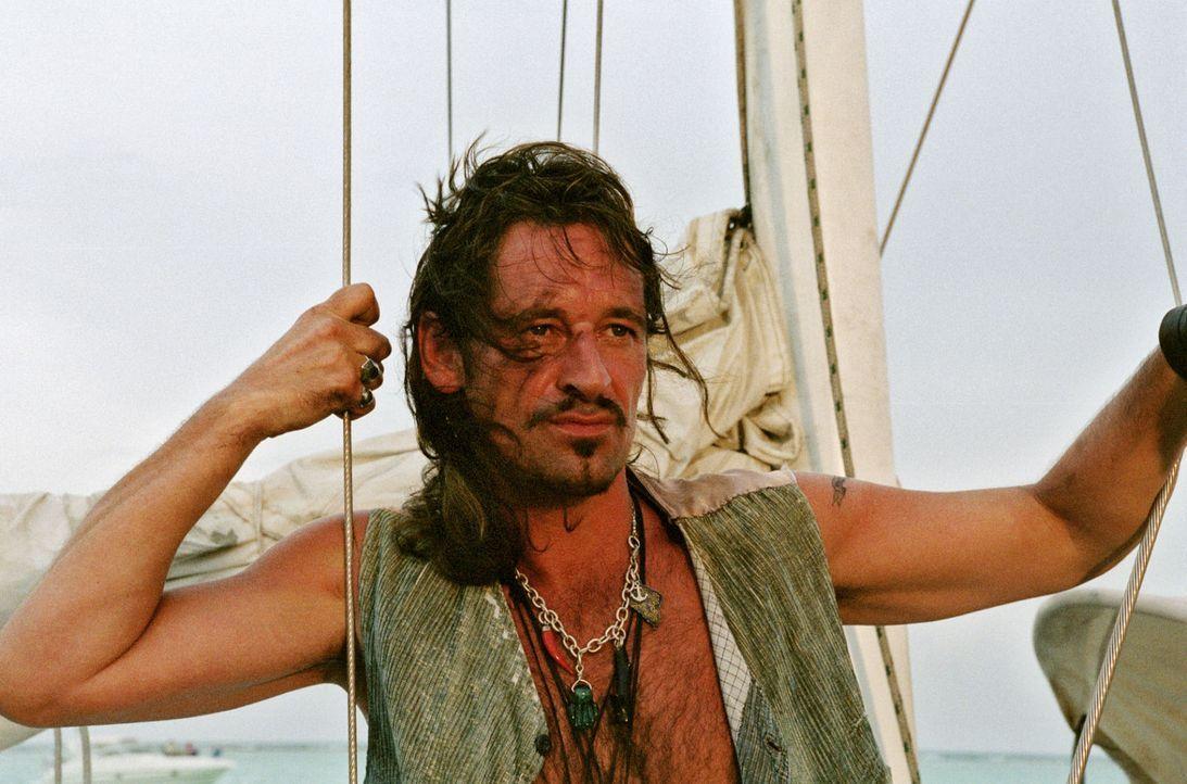 Captain Flynn (Max Tidof) weigert sich zuerst, Touristen durch die Karibik zu schippern. Doch als die Kohle stimmt, lässt er sich umstimmen. - Bildquelle: Sat.1