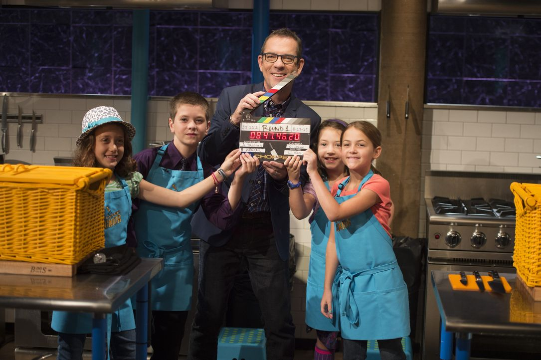 "Wer wird als erstes in Teds (M.) Kinder-Küche ""gechopped""? Rachel Hodorov (l.), Michael Lettieri "" (2.v.l.), Claire Hollingsworth (2.v.r.) oder Emil... - Bildquelle: Scott Gries 2015, Television Food Network, G.P. All Rights Reserved"