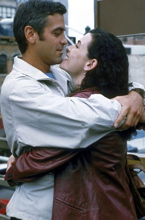 Dr. Douglas Ross (George Clooney, l.) und Carol Hathaway (Julianna Margulies, r.) verstehen sich offensichtlich sehr gut ... - Bildquelle: TM+  2000 WARNER BROS.