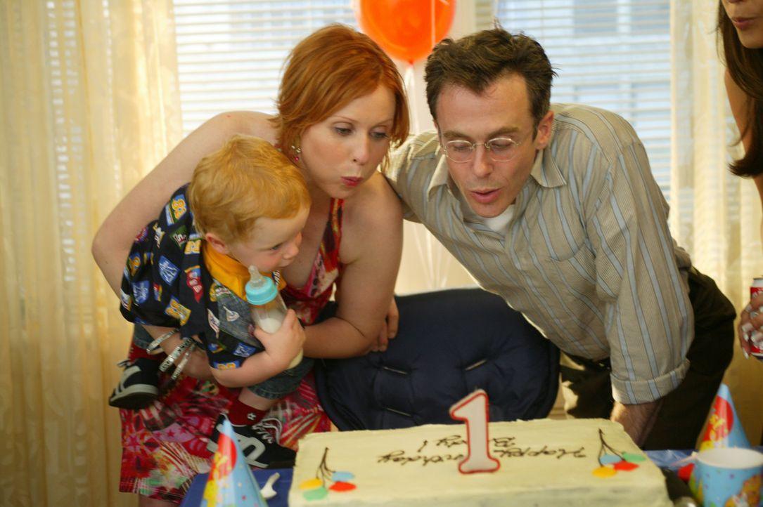 Auf Bradys Geburtstagsparty muss Miranda (Cynthia Nixon, M.) feststellen, dass sie Steve (David Eigenberg, r.) immer noch liebt ... - Bildquelle: Paramount Pictures