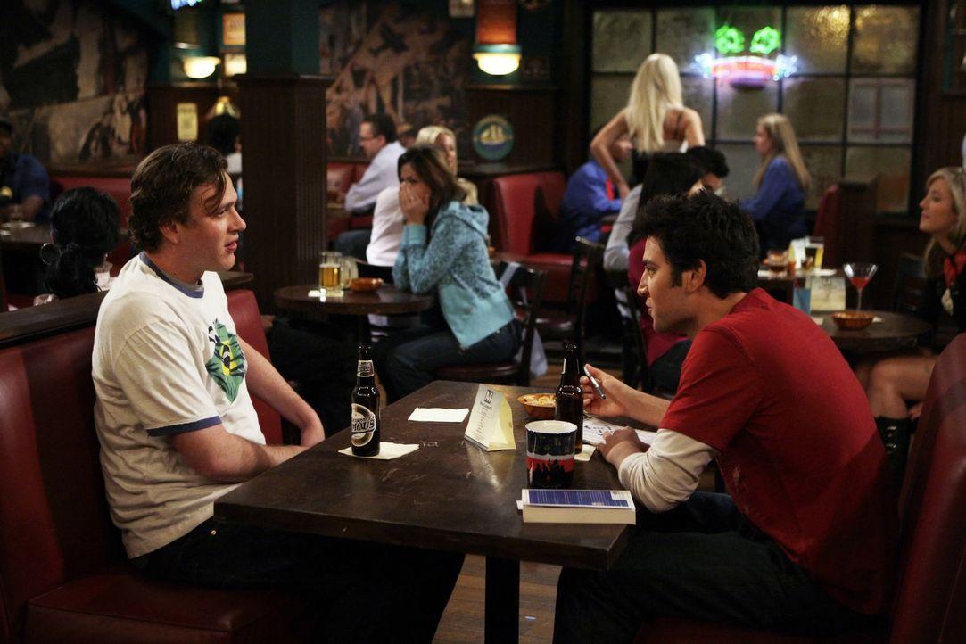 Können nicht fassen, dass Barney und Abby ein Paar sind: Ted (Josh Radnor, r.) und Marshall (Jason Segel, l.) ... - Bildquelle: 20th Century Fox International Television