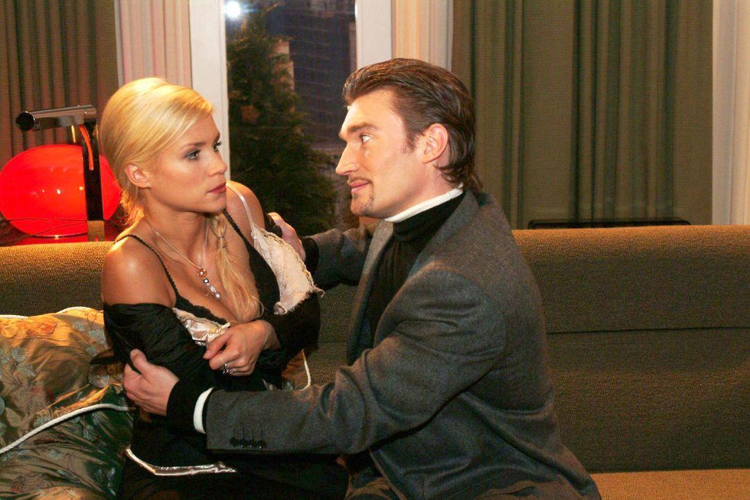 Richard (Karim Köster, r.) verlangt von Sabrina (Nina-Friederike Gnädig, l.), endlich schwanger zu werden. - Bildquelle: Monika Schürle SAT.1 / Monika Schürle