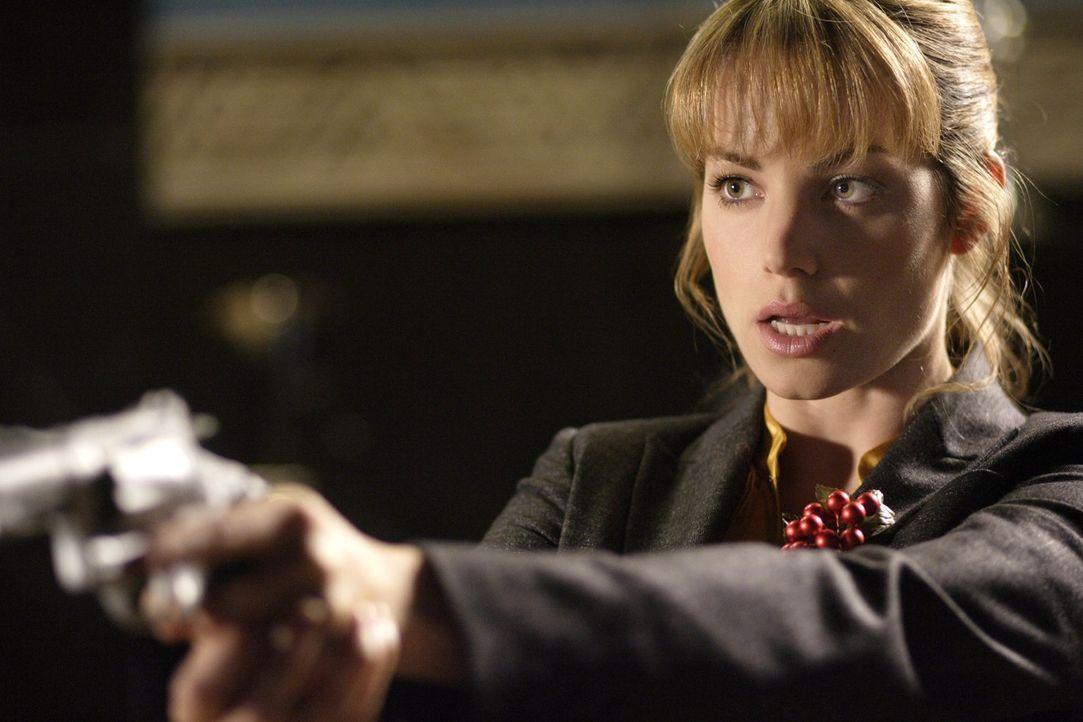 Kann sich Lois (Erica Durance) gegen den unbekannten Adrian wehren, der sie erpressen will? - Bildquelle: Warner Bros.